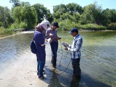 Fryar and students conduction hydrogeology research.